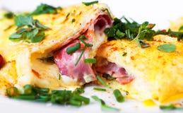 Äggomelett med skinka och ost och gräsplanörten royaltyfria foton