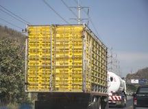 Äggpaletter på lastbilen Trans. av jordbruks- arkivfoto