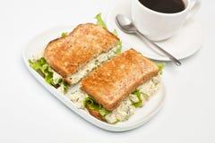 Äggsalladsmörgås med kaffe Fotografering för Bildbyråer