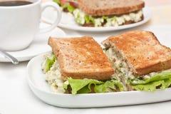 Äggsalladsmörgåsar och kaffe Royaltyfri Foto