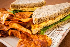 Äggsmörgås och hemlagade chiper Arkivfoton