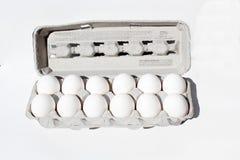 Äggspjällåda som isoleras på vit med dussin ägg Royaltyfri Fotografi