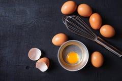 Äggula- och äggprotein i en kopp Corolla viftar ägg förberedelse fotografering för bildbyråer