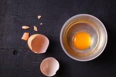 Äggula- och äggprotein i en kopp Corolla viftar ägg förberedelse royaltyfri bild
