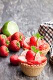 Äggvaniljsåstarts med den ny jordgubben och limefrukt på trätabl royaltyfri foto