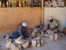 Ägypten - 20. Oktober 2009: Andenkenwerkstatt lizenzfreie stockfotografie