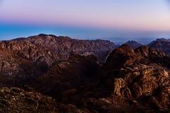 Ägypten, Sinai, Berg Moses Ansicht von der Straße, auf der Pilger den Berg von Mosese und von Dämmerung klettern Lizenzfreie Stockfotos