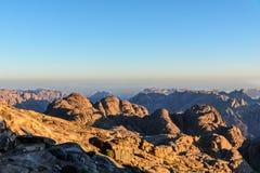 Ägypten, Sinai, Berg Moses Ansicht von der Straße, auf der Pilger den Berg von Mosese und von Dämmerung klettern Lizenzfreies Stockbild