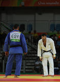 Ägypter Judoka-Islam-EL Shehaby L lehnt ab, Hände mit Israeli Ori Sasson nach verlierenden Männern zu rütteln +100 Kilogramm-Matc Stockfotografie