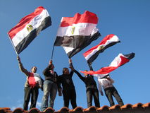 Ägyptische demostrators, die Markierungsfahnen wellenartig bewegen lizenzfreies stockbild