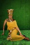 Ägyptische Frau im Kostüm des Pharaos Stockbild