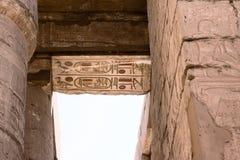 Ägyptische Hieroglyphen auf der Decke des Tempels von Karnak Stockbilder