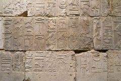 Ägyptische Hieroglyphen auf der Wand Stockbild