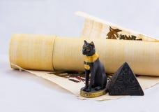 Ägyptische Katze, eine Pyramide und Papyrus von den Reisen. Lizenzfreie Stockfotografie