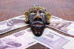 Ägyptische Maske liegt an den ägyptischen Pfunden Lizenzfreie Stockfotos