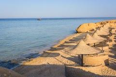Ägyptische Sonnenschirme auf dem Strand Stockfotografie