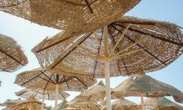 Ägyptische Sonnenschirme auf dem Strand Lizenzfreie Stockfotos