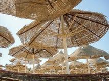 Ägyptische Sonnenschirme auf dem Strand Stockbild