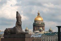 Ägyptische Sphinx mit der Heilig-Isaac-` s Kathedrale im Hintergrund Stockfoto