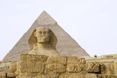 Ägyptische Sphinx mit Pyramide Lizenzfreies Stockbild