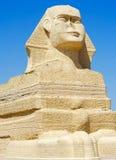 Ägyptische Sphinx-Statue über blauem Himmel Stockbilder
