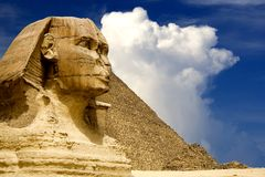 Ägyptische Sphinx und Pyramide lizenzfreie stockfotografie