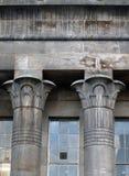 Ägyptische Steinsäulen auf dem Tempel bearbeitet Mühle in Leeds lizenzfreie stockfotos