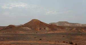 Ägyptische Wüste und Mysty-Himmel im Tageslicht Stockfotografie