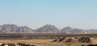 Ägyptische Wüste und Mysty-Himmel im Tageslicht Stockbilder