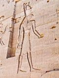 Ägyptischer Gott Horus, geschnitzt in der Tempelwand Stockbild