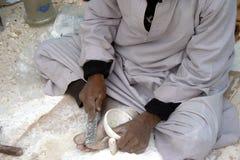 Ägyptischer Handwerker, der Potenziometer herstellt Lizenzfreie Stockfotografie