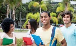 Ägyptischer männlicher Student mit anderen internationalen Studenten lizenzfreies stockfoto