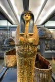 Ägyptischer Mama-Sarg, der in der Museums-Anzeige steht Lizenzfreie Stockfotos