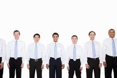 Ähnliche schauende Geschäftsmänner in Folge stockfotografie