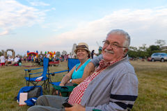 Äldre åskådare som sitter i Deckchairs Arkivfoto