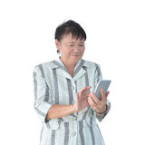 Äldre asiatisk affärskvinna som använder smartphonen som isoleras på vit royaltyfri bild
