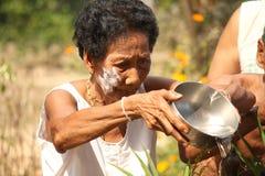 Äldre badningBuddha i den songkranThailand festivalen Royaltyfri Foto
