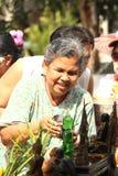 Äldre badningBuddha i den songkranThailand festivalen Royaltyfri Bild