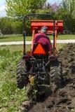 Äldre bonde Plowing His Garden Royaltyfria Bilder