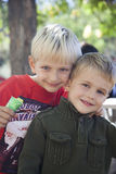 Äldre broder som kramar hans lilla broder Royaltyfri Fotografi