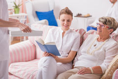 Äldre dam i privat klinik Royaltyfria Bilder