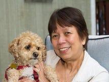 Äldre dam och hund Arkivbilder