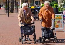 Äldre damer är gå och shoppa med rollators, Nederländerna Royaltyfri Fotografi