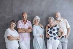 Äldre folk i tillfällig kläder royaltyfri foto