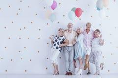 Äldre folk med ballonger royaltyfria bilder
