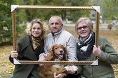 Äldre folk med hennes dotter och hunden fotografering för bildbyråer