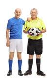 Äldre fotbollspelare och en målvakt Arkivbilder