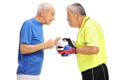 Äldre fotbollspelare och en målvakt som har ett argument Royaltyfri Fotografi