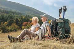 Äldre fotvandrare som sitter på en filt Royaltyfri Bild