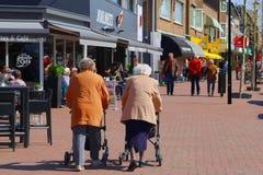 Äldre gata för kvinnarollatorshopping, Nederländerna Arkivfoto